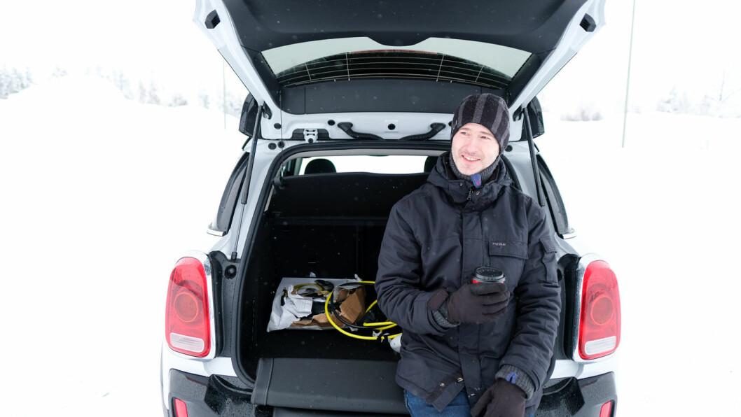 FORNØYD: Mini Countryman får fram smilet hos mange, også hos vår biltester Tom Andre Nilsen.