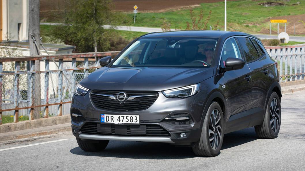 EGEN STIL: Opel Grandland X har utseendet med seg. De tyske ingeniørene har klart å skape en merkeidentitet, selv om karosseriet er en Peugeot 3008. Motoren ser du ikke, den er også fransk – og noe av det beste med bilen Motor har testet. Foto: Tom Hansen