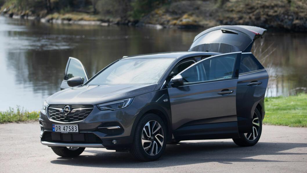 ELEGANT: Interiøret er mykt og avrundet og typisk for Opels nyeste modeller. Kvalitetsfølelsen er også høy.