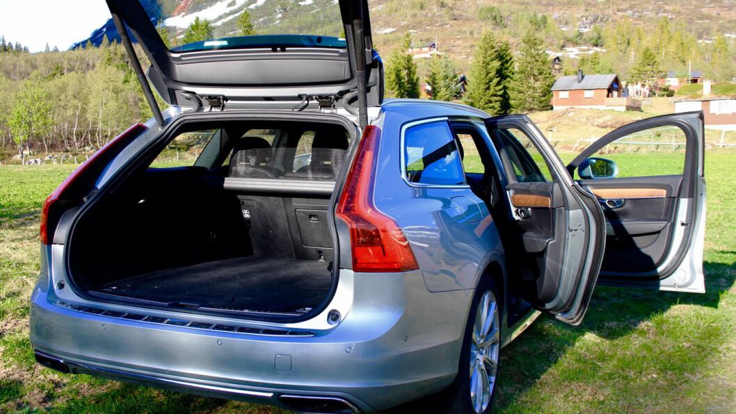 SOLID: Interiøret er enkelt og solid, men sikkerthetsfokuserte Volvo burde ha laget en mer brukervennlig berøringsskjerm.
