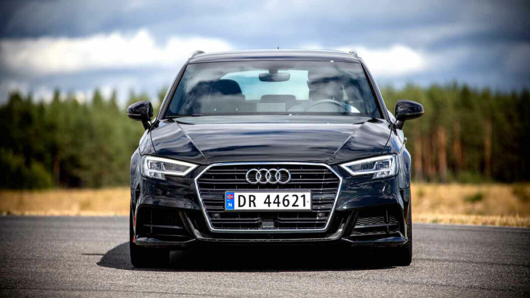 FORTSATT BRILJANT: Audi A3 trives når det går litt hurtig i svingene, og er fortsatt en ener i klassen på kjøreegenskaper. Her i sving på NAFs testbane på Våler. Foto: Tomm W. Christiansen