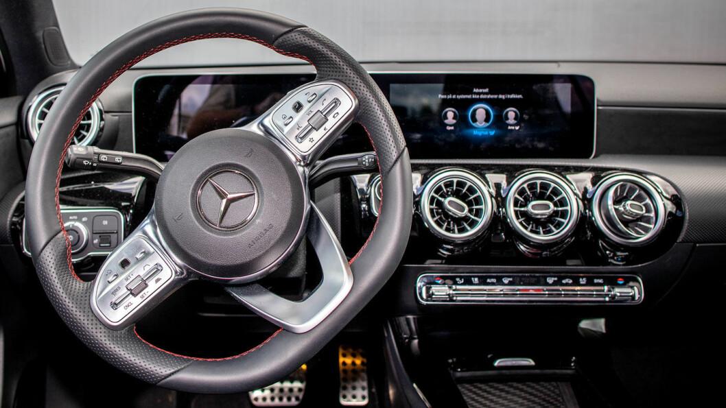 DYR DESIGN: Mercedes A-klasse ser lekker ut, med en gedigen skjerm midt på dashbordet. Men den koster mye mer enn de fleste konkurrentene. Foto: Tomm W. Christiansen