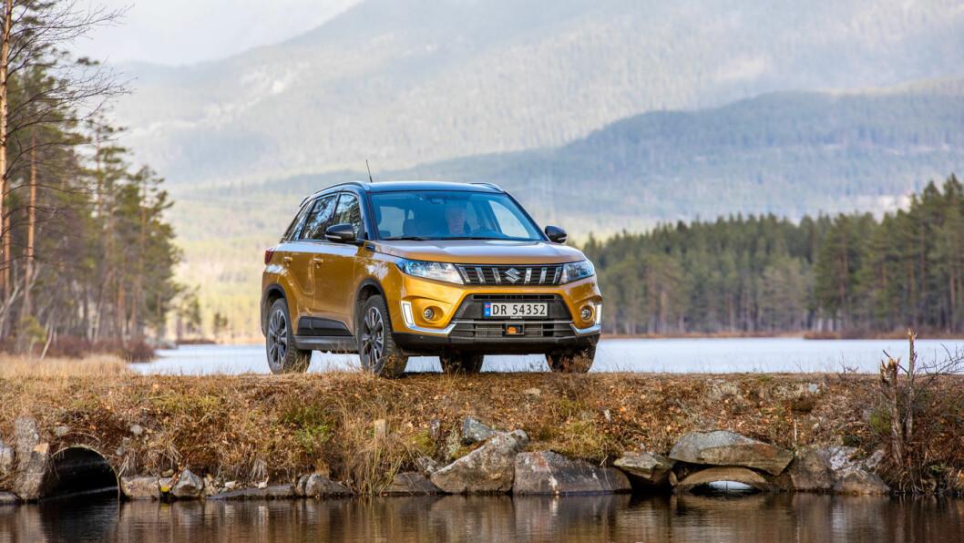 KOMPAKT: Suzuki Vitara er mye SUV på små flater. Kortest i testen av små firehjulstrekkere med sine 417 centimeter, men med god plassutnyttelse. Foto: Tomm W. Christiansen