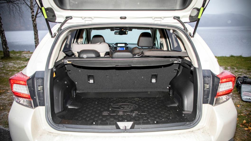 ØVRE KLASSE: En skrånende hekk stjeler en del plass i høyden, men med 380 liter har likevel XV bagasjeplass på nivå med de beste i «Golf-klassen».