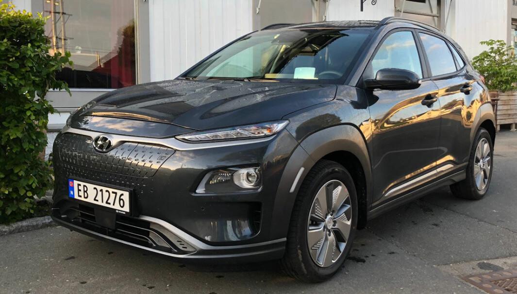 TRØBBEL: Hyundai Kona er en elbilfavoritt hos nordmenn og en rekkeviddemester. Dessverre må ifølge bransjemedier flere titusener batteripakker skiftes ut.