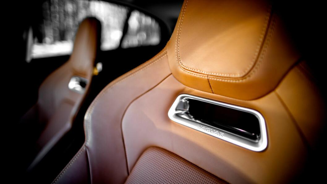 KLASSISK: Interiøret har ikke det samme høyteknologiske preget som for eksempel Tesla. Her er det flere knapper og brytere og et mer tradisjonelt preg.