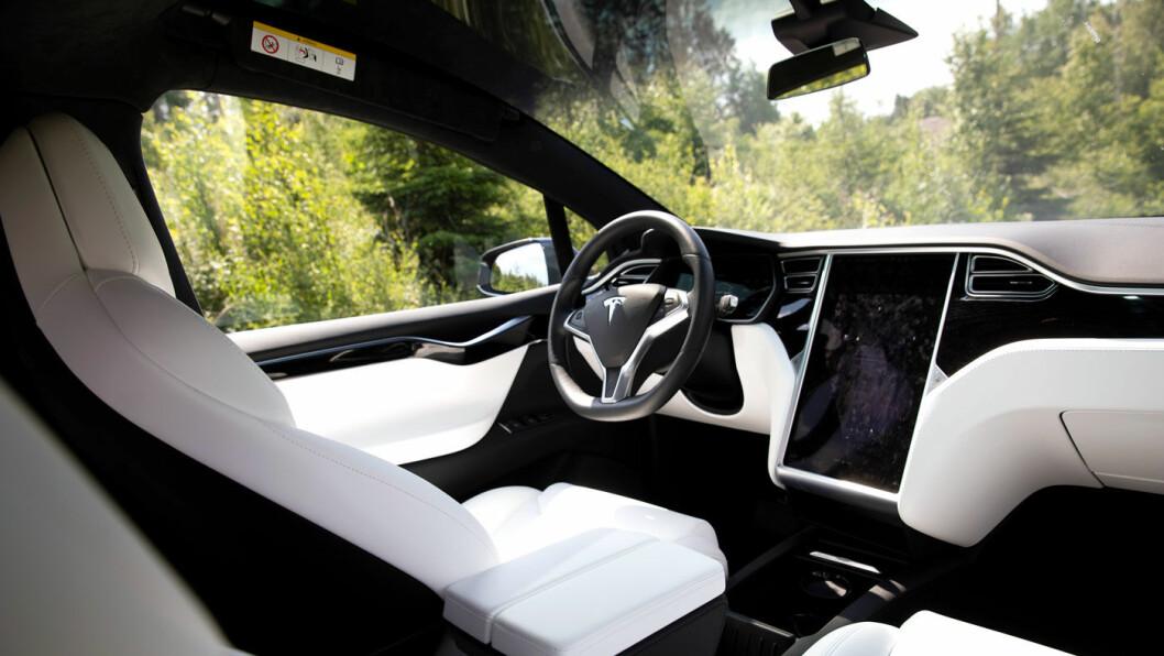 LINJELEKKERT: Instrumentpanelet i Model X har rene og elegante linjer. Materialkvaliteten er også helt grei.