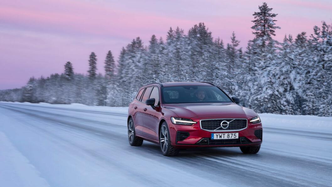 ISPRINSESSEN: Volvo V60 i all sin prakt på svenske vinterveier. Motor mener dette er den lekreste bilen i klassen, og gir den 10 poeng for design. Foto: Volvo Cars