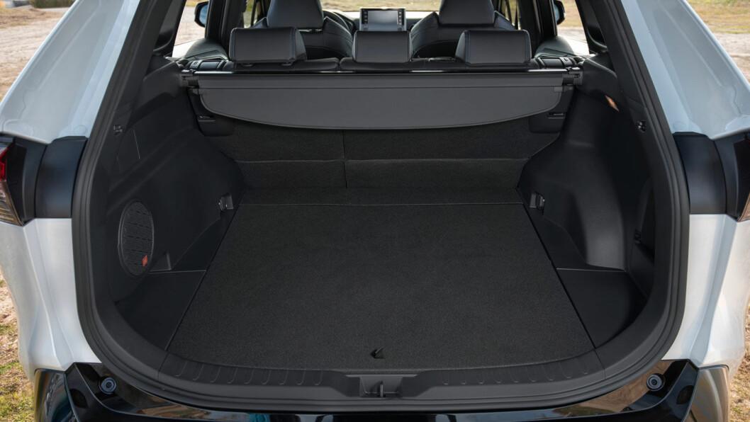 PLASSLEDENDE: Med 580 liters bagasjerom plasserer RAV4 seg helt i teten som praktisk familiefrakter.
