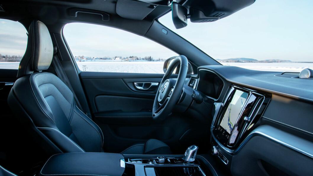 RENE LINJER: Interiøret kjennes igjen fra de alle de øvrige modellene som startet med SUV'en XC90 i 2014. Elegant, men den store berøringsskjermen er ikke optimal.