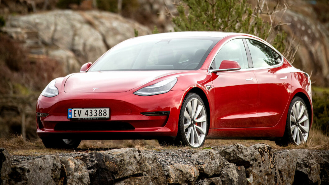 KJENTE LINJER: Tesla Model 3 er en kompakt blanding av de større søsknene Model S og Model X. Men fronten er enda mer ribbet for pynteelementer. Foto: Tomm W. Christiansen