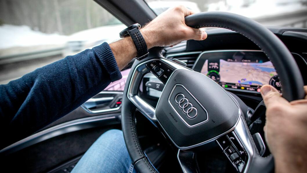 SKJULER SKJERMEN: Legger du venstrearmen høyt på rattet blir speilet skjult, men kjører du som skal er speilene vanedannende – og lette å like.