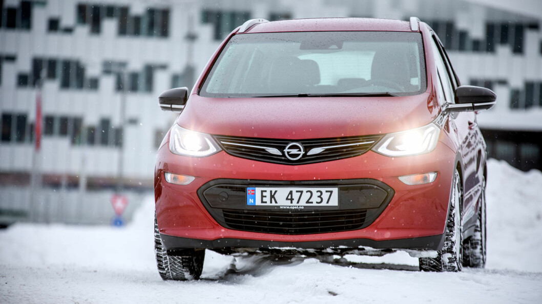 NYSKAPENDE: Opel Ampera-e ble lansert som en praktisk rekkeviddepionér – og har fortsatt mange kvaliteter. Men prisen har gått som en jo-jo. Foto: Tomm W. Christiansen