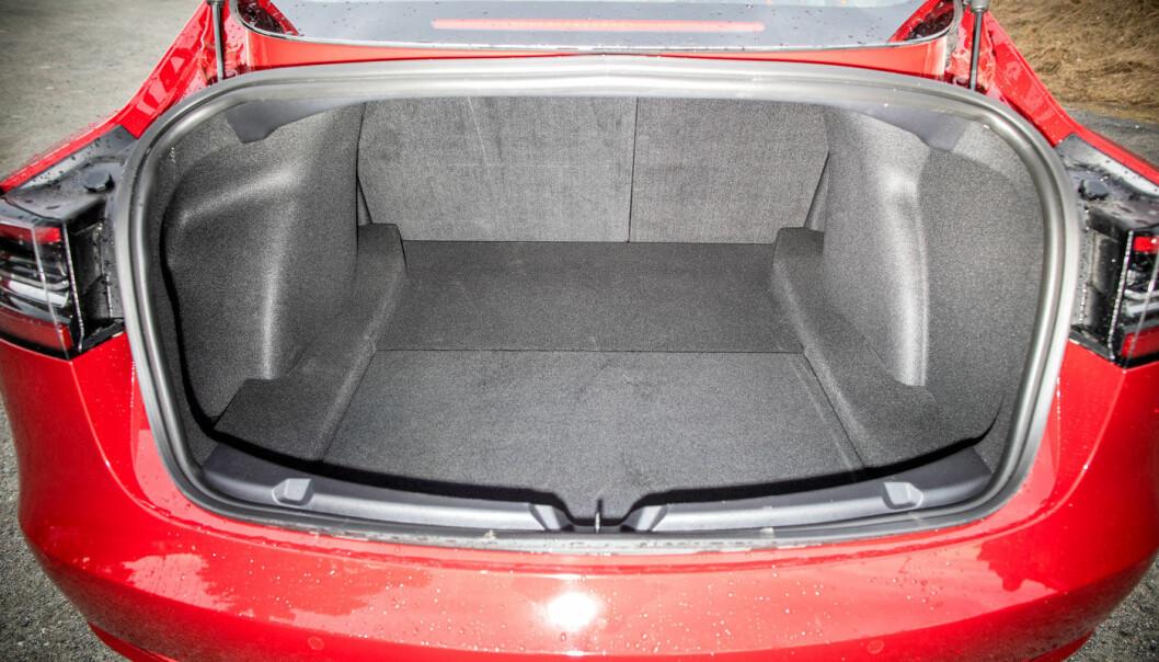 """<span class="""" font-weight-bold"""" data-lab-font_weight_desktop=""""font-weight-bold"""">LITE EKSTRA:</span> Tesla leveres i utgangspunktet verken med reservehjul eller reparasjonssett, men det siste kan bestilles på nett. Her er bagasjerommet i bestselgeren Model 3."""