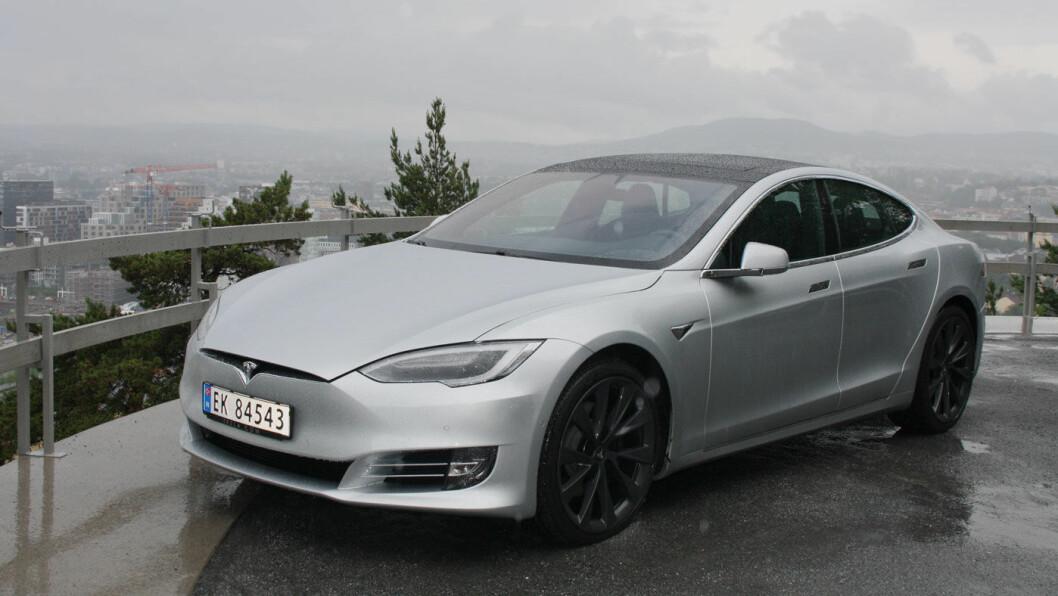 STERKE FØLELSER: Tesla har langt på vei samlet bilverden til en felles satsing på utslippsfrie biler. Men vi kan vel også si at den har delt elbilnasjonen Norge. Det har vært mye lidenskap - og litt hat. Foto: Øivind A. Monn-Iversen