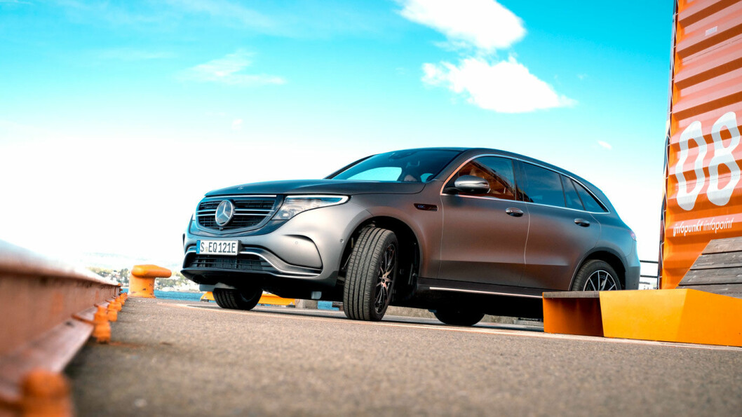 NYKOMMER: Slik ser den altså ut på norske veier, den nye elbilen til Mercedes, kalt EQC. Utseendet er umiskjennelig Mercedes, og selve karosseriformen er lik SUV-en GLC.