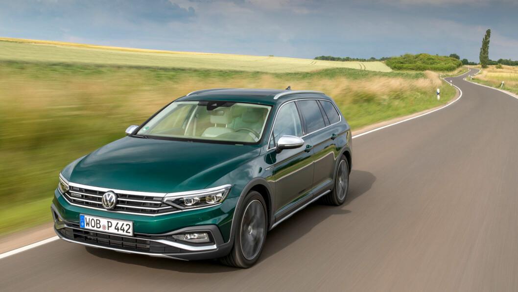 OPPFRISKET: Det er ikke så enkelt å skille kommende 2020-modell av Passat fra 2019-modellen, men det har kommet en diger mørk leppe under støtfangeren. Modellen på bildet er for øvrig en Alltrack, som i grønt kler både bildene og overskriften til denne testen. Foto: Volkswagen AG