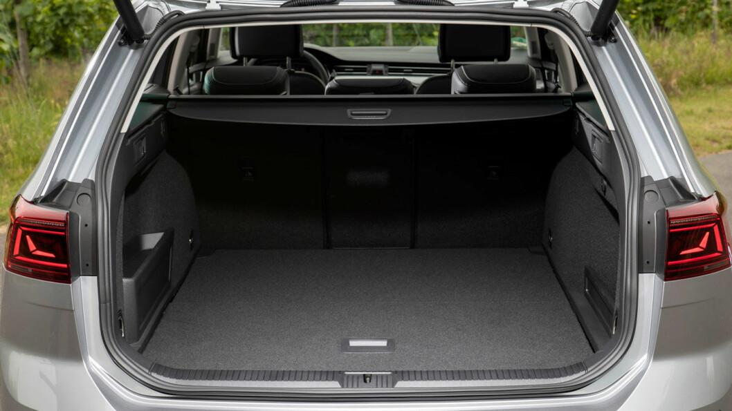 MINDRE BAGASJEROM: Passat GTE har 483 liter bagasjerom, en helfossil Passat har 650 liter. Forskjellen ligger i rommet under bagasjeromsgulvet, der batteriet tar opp plass i en GTE.