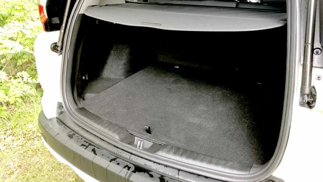 PLASS NOK: Bagasjerommet er på 497 liter i hybrid-utgaven. Plassen under gulvet går med til hybridteknologien.