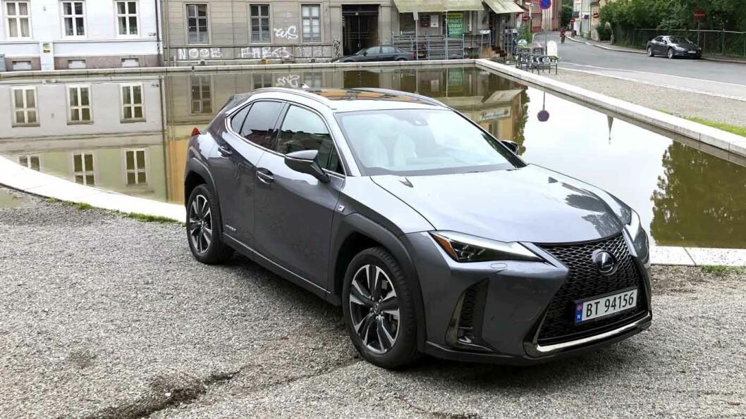 MEST URBAN: Lexus 250 ser lekker ut i alle omgivelser, men markedsføres som en bil for urbane strøk. Og bagasjeplassen kommer du ikke langt med – selv om langturskomforten er topp. Foto: Øivind A. Monn-Iversen