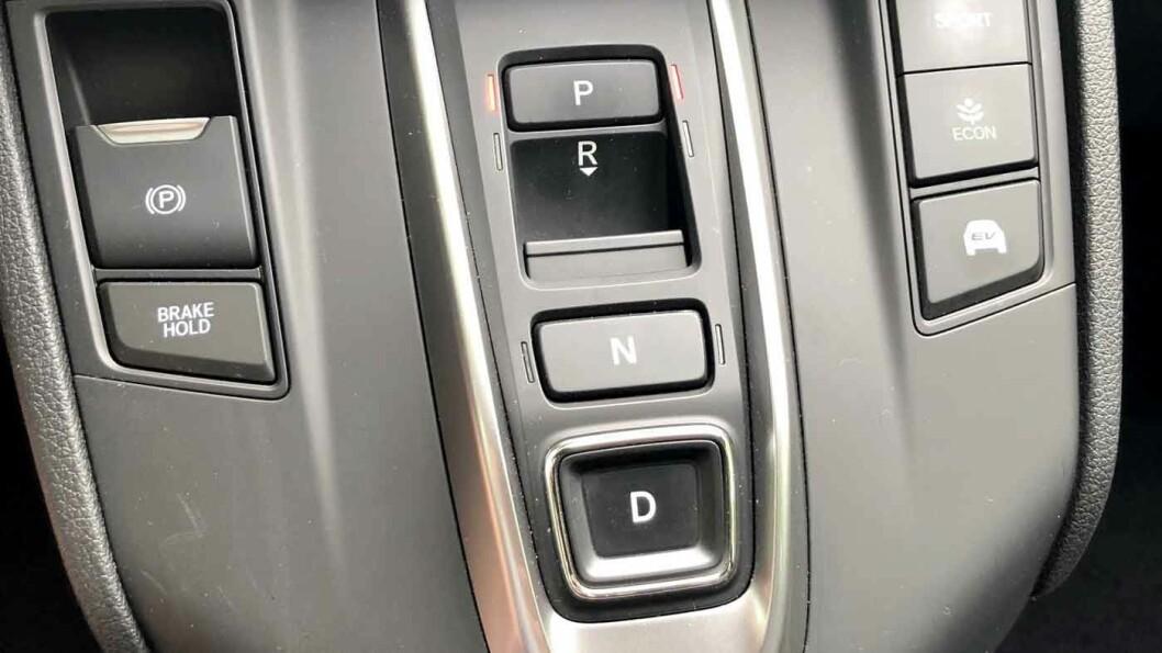 GIRVELGEREN: Tre trykknapper til Park, Drive og Nøytral - og en liten knapp du trekker i for å få bilen i revers.