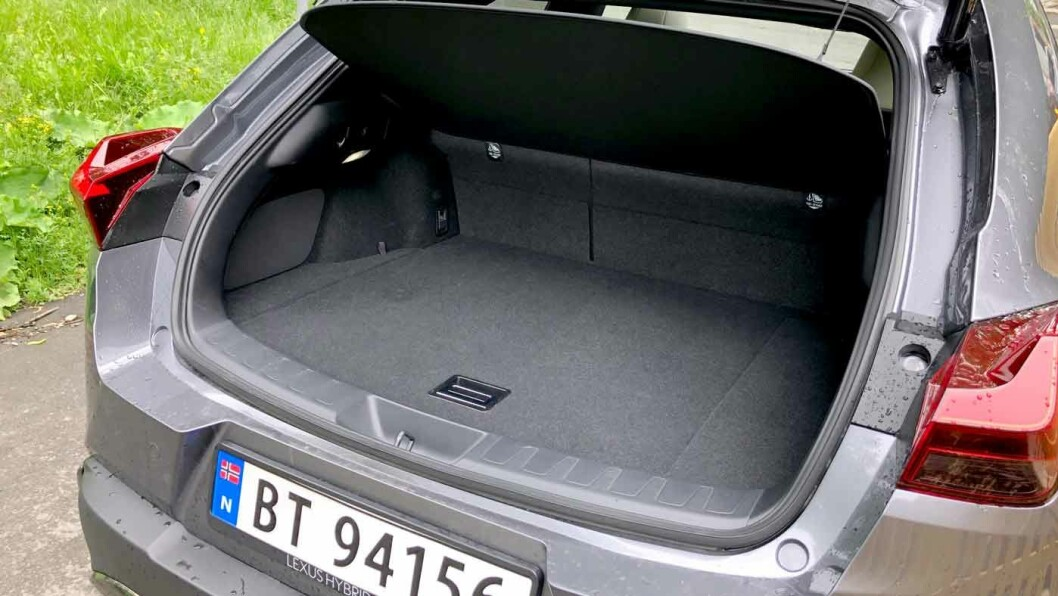 BITTELITE: Bagasjevolum på 283 liter tilhører småbilklassen, og er en vits sammenliknet med andre biler på 4,5 meter. Her taper Lexus mange poeng.
