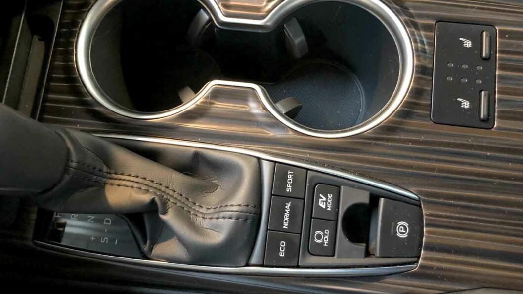 KJØREPROGRAM: Du kan stille inn Camry i tre forskjellige kjøremoduser. Vi synes den fungerer best i Eco.