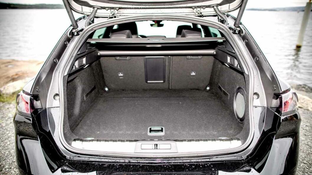 LETTLASTET: 530 liters bagasjevolum er ok til å være en stasjonsvogn med vekt på design. Bra gulvlengde og lav ladekant.