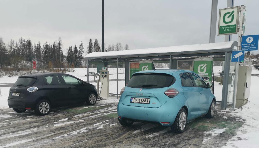 """<span class="""" font-weight-bold"""" data-lab-font_weight_desktop=""""font-weight-bold"""">LANGTUR:</span> Det er en del mll å spare på fornuftig kjøring. Men stopp på en hurtiglader hører med til de fleste langturer med de fleste elbiler. Her er det to Renault Zoe som har tatt en pause."""