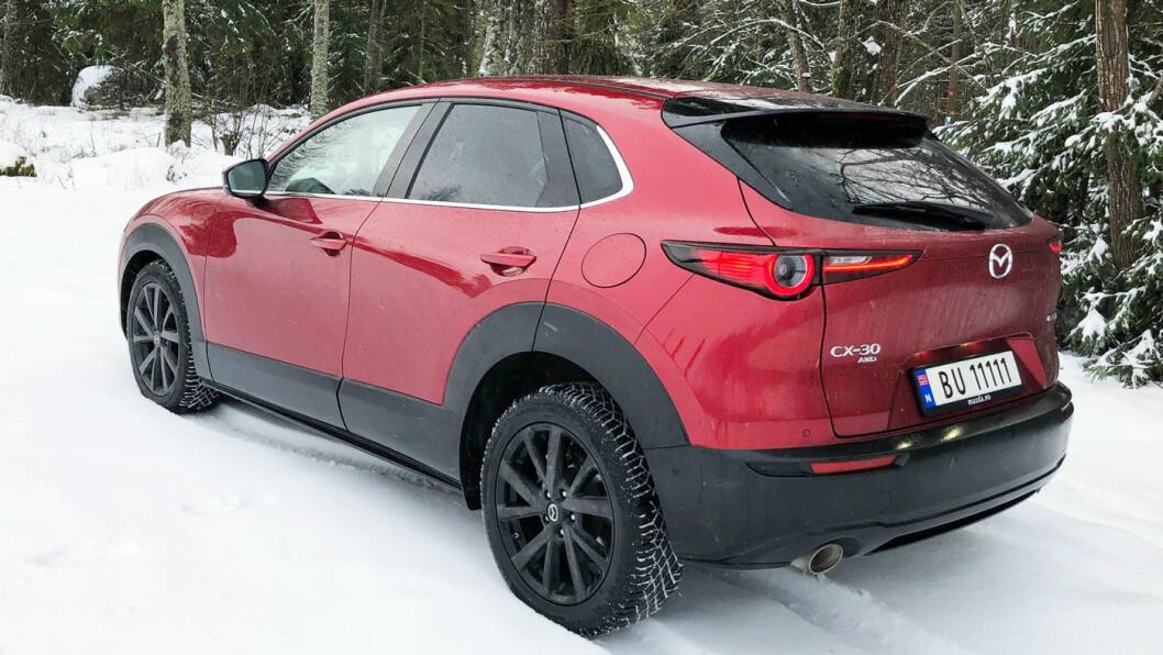 LITT OPPHØYD: CX-30 er teknisk sett en litt høyere versjon av Mazda 3. Det gjenspeiles i de gode kjøreegenskapene.