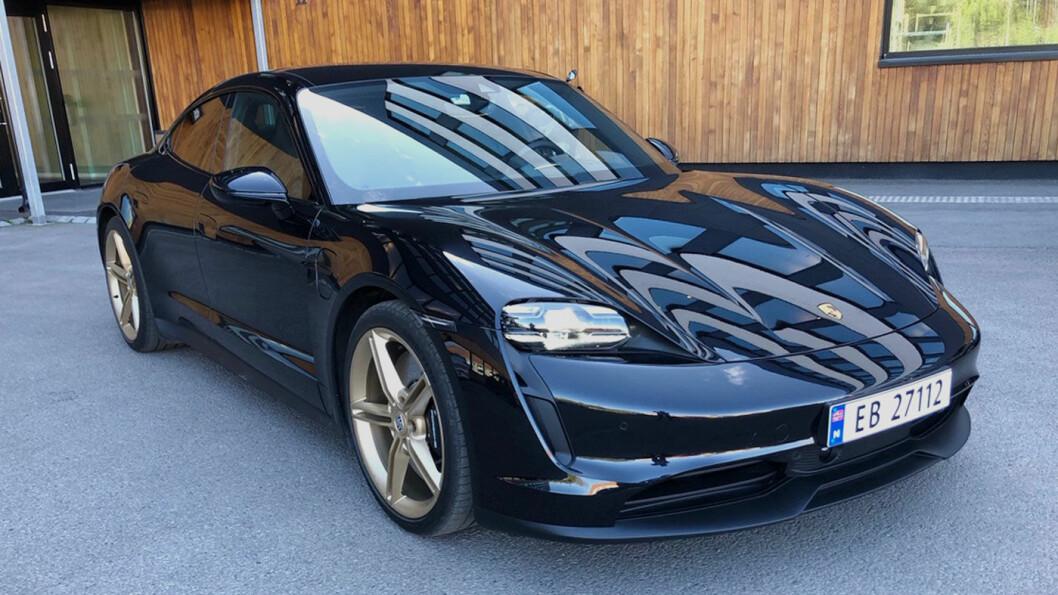 LEKKER: Vi liker Porsche fra alle vinkler, men den er mest særpreget forfra – med sine rektangulære frontlykter.