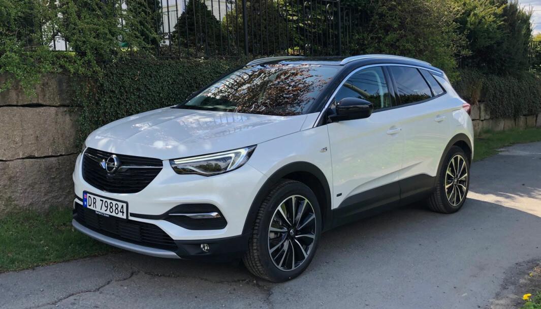 <b>FRAMTIDSRETTET: </b>Hybriden Opel Grandland signaliserer når den kjører helelektrisk.