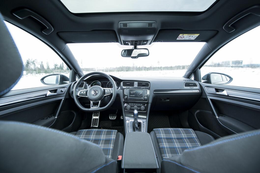 PERFEKT LIGHT: Førerplassen og kjørefølelsen i VW Golf er bortimot perfekt.