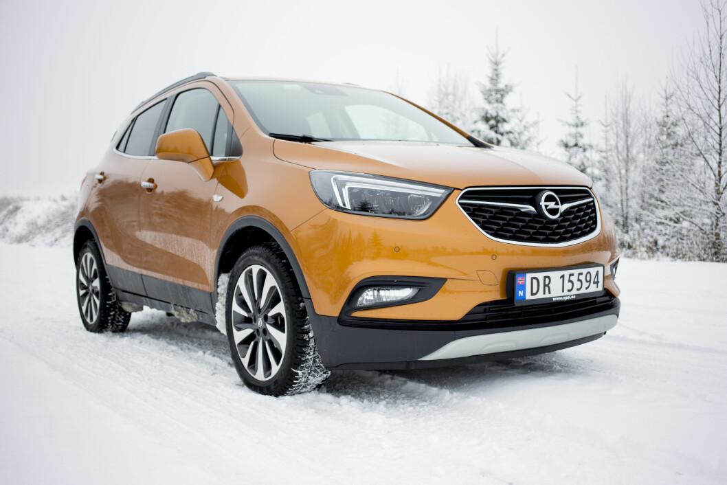 FIREHJULSTREKK: Opel Mokka X selges stort sett med firehjulstrekk og det gir glimrende egenskaper på glatte vinterveier. Foto: Sveinung Uddu Ystad