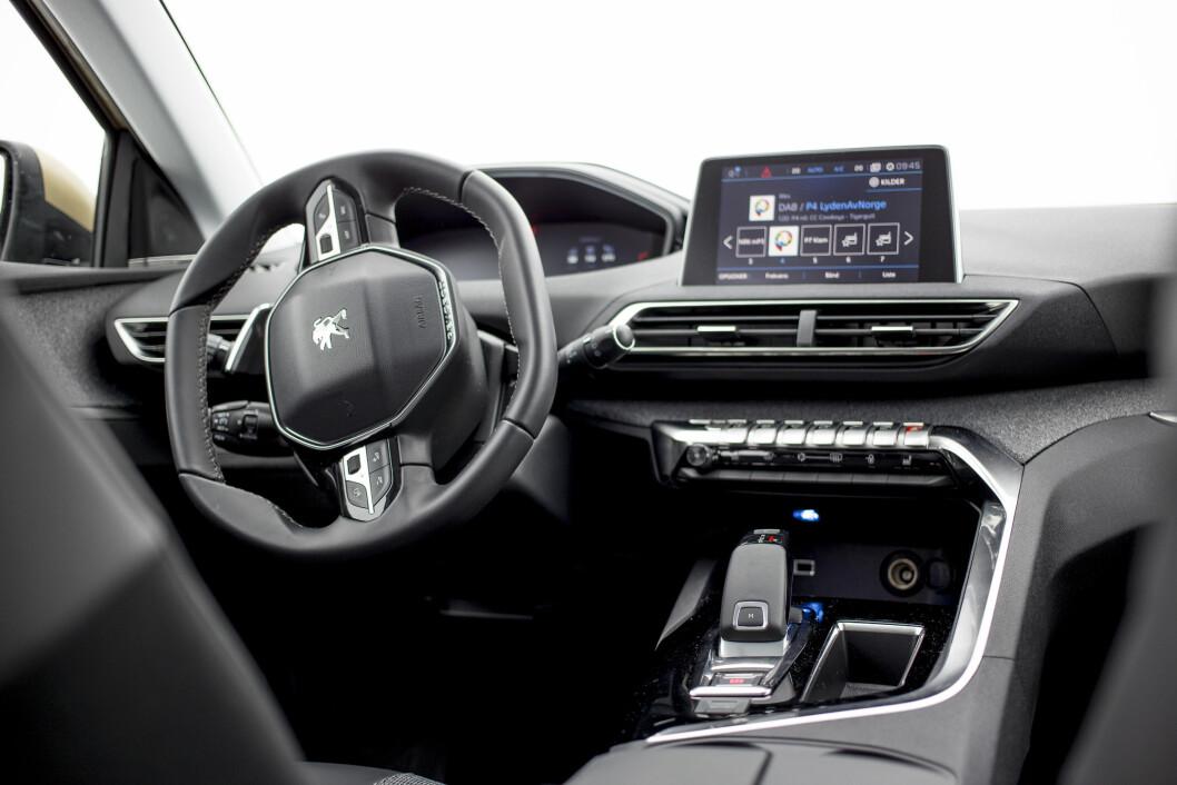 GOD PLASS: Oversikten fra førerplassen er strålende på Peugeot 3008.