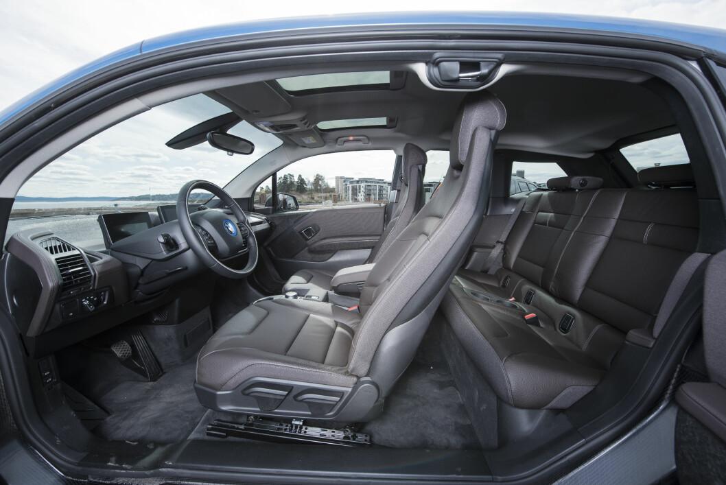 MINUS: Bakdørene på BMW i3 er små, åpner feil vei og er konstruert slik at fordøren må åpnes før du kan åpne bakdøren. Og omvendt når de skal lukkes.