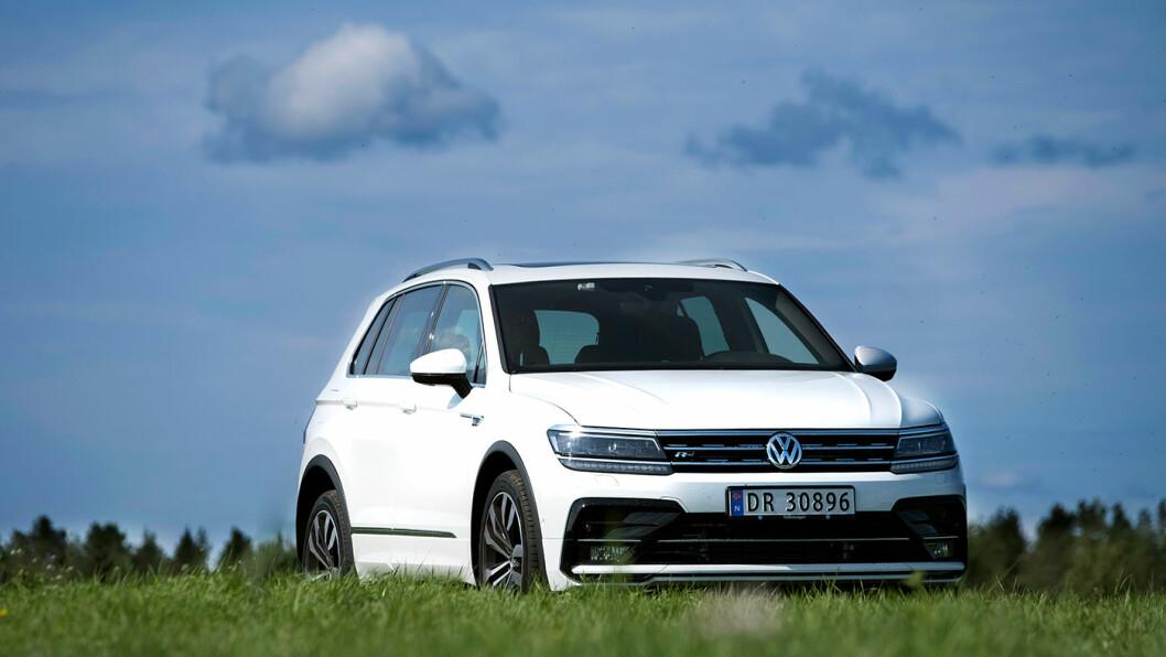 FALLER FRA TOPPEN: VW Tiguan gir fortsatt den beste kjøreopplevelsen, men mangler en eller annen form for elektrifisering. Derfor er den nå forbigått av Toyota Rav4. Foto: Jon Terje Hellgren Hansen