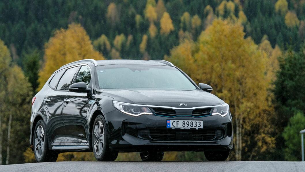 KJØRER BILLIG: Med Kia Optima plugg-inn hybrid kan du kjøre hverdagsreisen på strøm og hytteturen på bensin. Foto: Jon Terje Hellgren Hansen