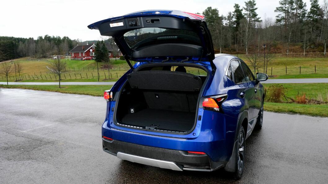 IKKE LIKEGYLDIG: Det er vanskelig å stille seg likegyldig til utseendet på Lexus NX. Enten liker du det eller så liker du det ikke. Akkurat slik Lexus ønsker. Bagasjerommet er litt mindre enn på de andre bilene, fordi hybrid-systemet stjeler litt plass.