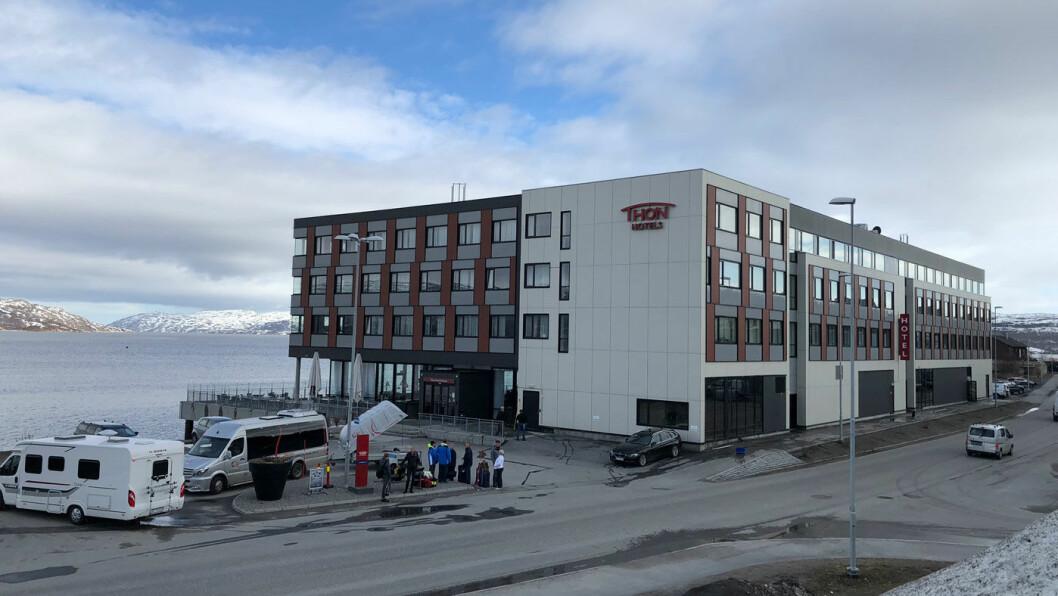 UT MOT HAVET: Thon Hotel Kirkenes ligger vakkert til nede ved fjorden midt i sentrum av byen.