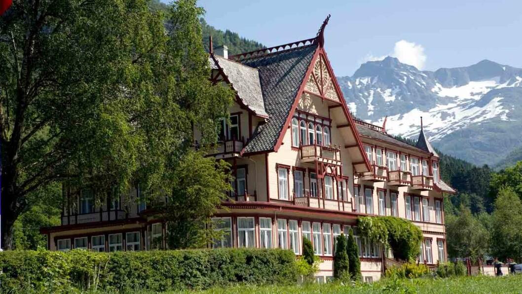 HISTORISK TREHOTELL: Hotel Union Øye har en lang historie som inkluderer engelske lorder, en tysk keiser - og et spøkelse i Det blå rommet. Foto: Magnus Nordstrand