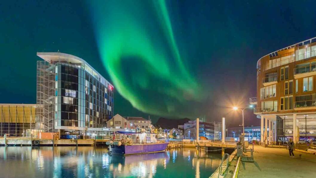 FLOTT BELIGGENHET: Thon Hotel Lofoten ligger i sentrum av Svolvær med hav og fjell og byliv rett utenfor.