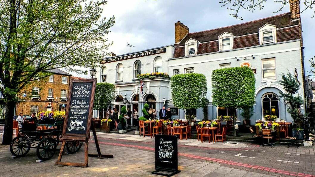 PUB CRAWL: Det er noe erkeengelsk over det å overnatte på puben. Coach & Horses i Kew Green sørvest i London er nyoppusset og hyggelig.