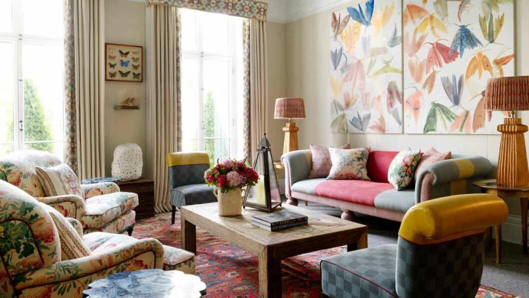 FARGERIKT OG LEKENT: Antikviteter, møbler, tapeter og tepper skaper en harmonisk helhet, som er interiørdesigneren Kit Kemps varemerke.