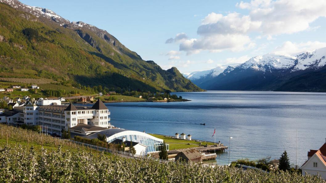 MED UTSIKT MOT FJORDEN: Hotel Ullensvang ligger flott til mot Hardangerfjorden og fjellene. Foto: Morten Knudsen/MK AS