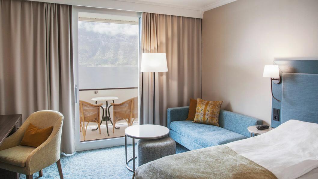 NYOPPUSSET: Hotellet har flere romkategorier. Standardrommene har utsikt mot fjellene (øverst), men du kan betale ekstra for å få et standardrom med utsikt mot fjorden. Foto: Jeanett Økland