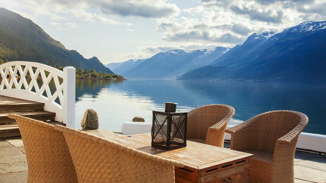 FLOTTE UTEOMRÅDER: Hotellet ligger tett på Hardangerfjorden med terrasser, broer og kanaler. Foto: Jeanett Økland