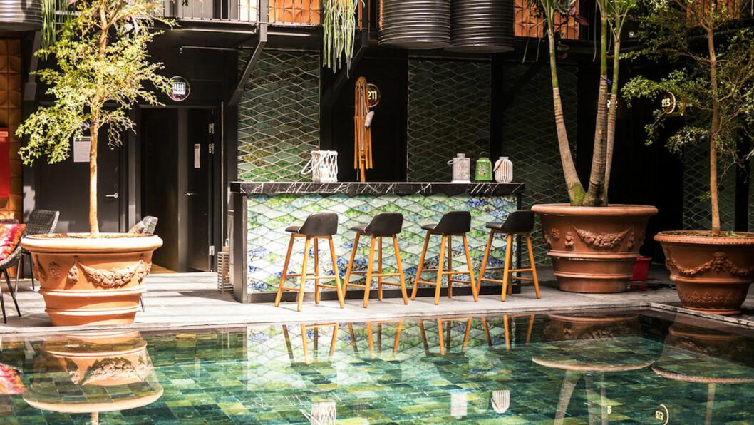 ENJOY: Nyt svømmebassenget (og kanskje også baren…?) på Manon Les Suites. Foto: Guldsmeden Hotels