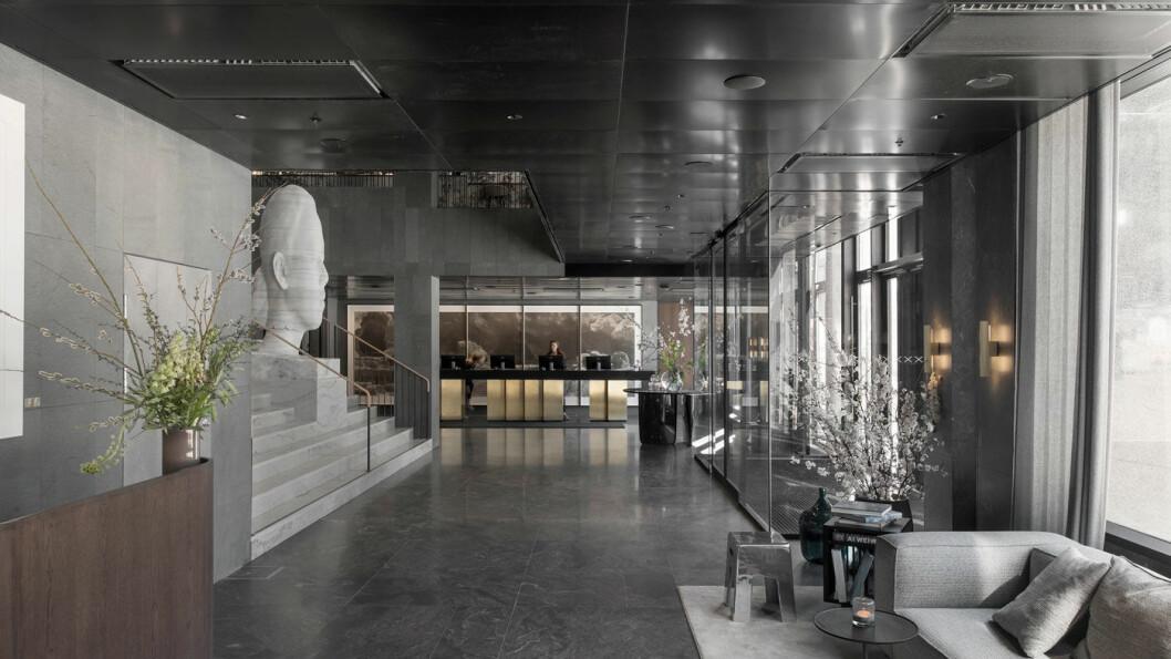 GJENNOMFØRT: Kunst og svensk håndverk preger resepsjonsområdet og hotellet. Foto: Andy Liffner