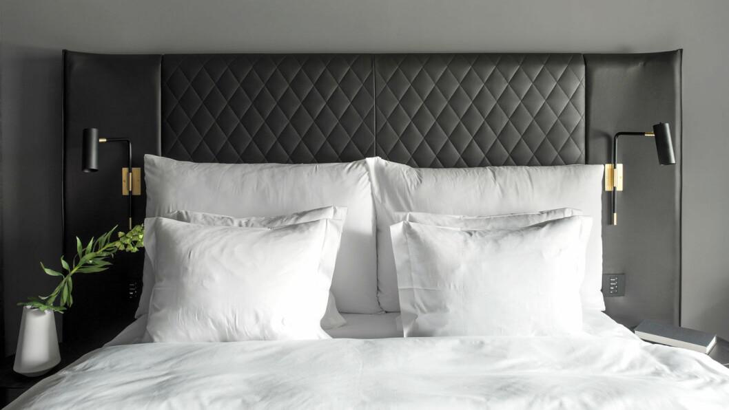 EN GOD NATT: Sengen er stor og virkelig god, og sengetøyet deilig.